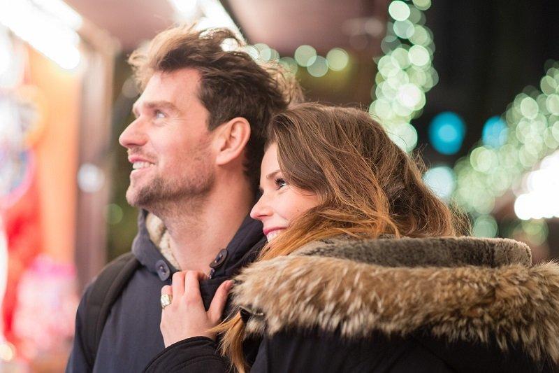 Para na świątecznym spacerze