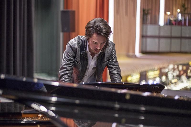 Pianista podczas koncertu jazzowego