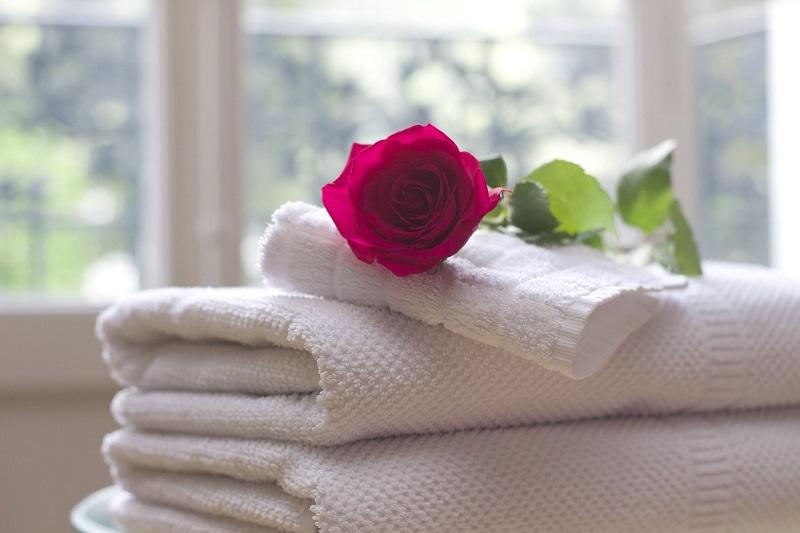 Świeża pościel i ręczniki czekają na gości w apartamentach we Wrocławiu
