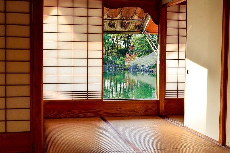 Dom w stylu japońskim z widokiem na ogród