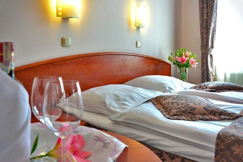 Czysty i ładnie urządzony pokój hotelowy