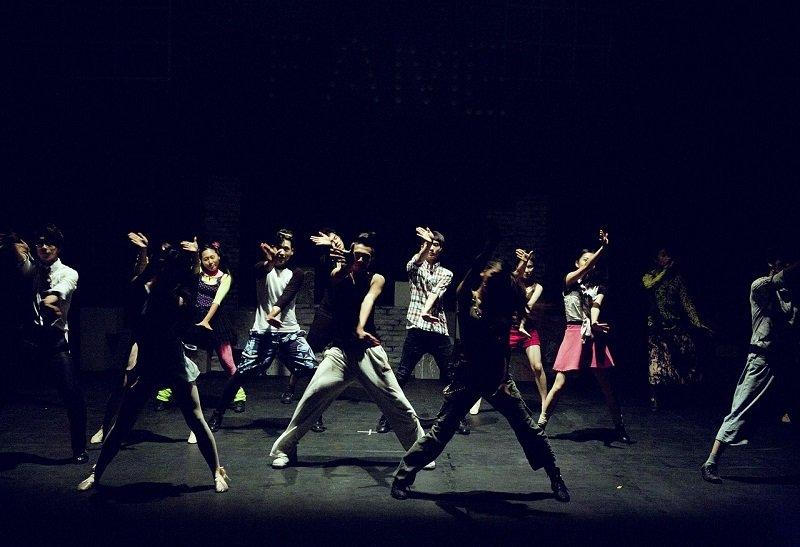 Tancerze na scenie teatru muzycznego