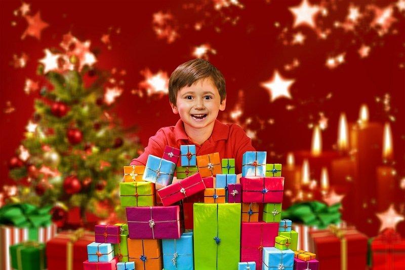 Chłopiec i prezenty na Boże Narodzenie
