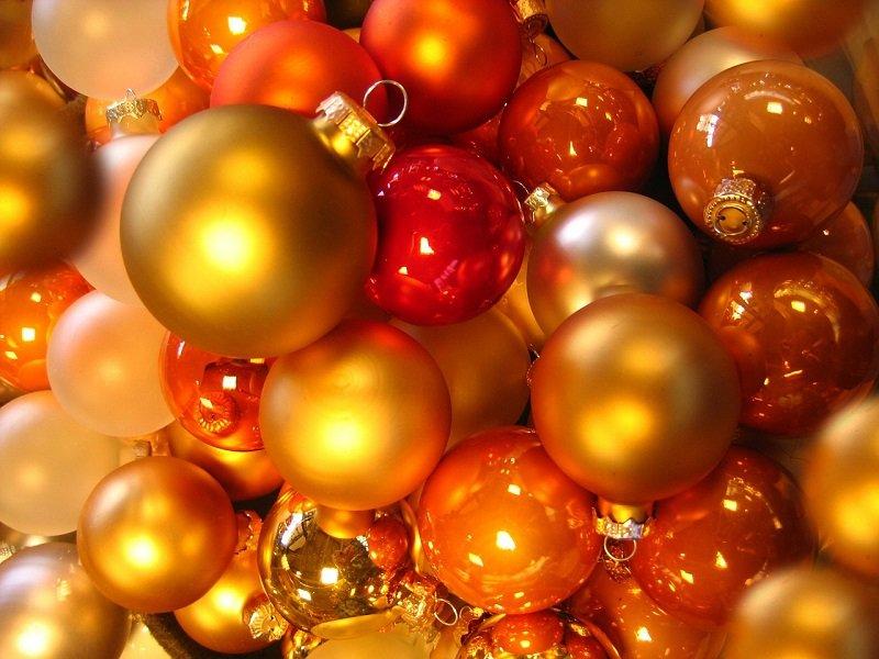 Żółte i pomarańczowe bombki choinkowe
