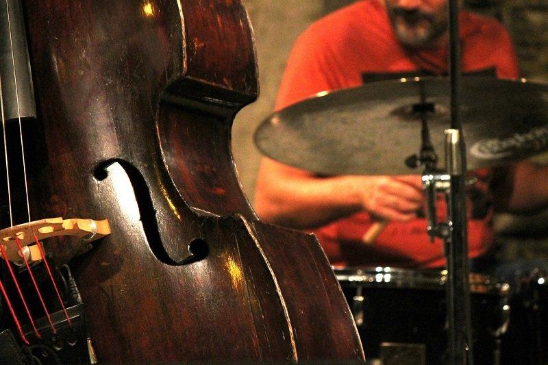 Kontrabas na koncercie jazzowym