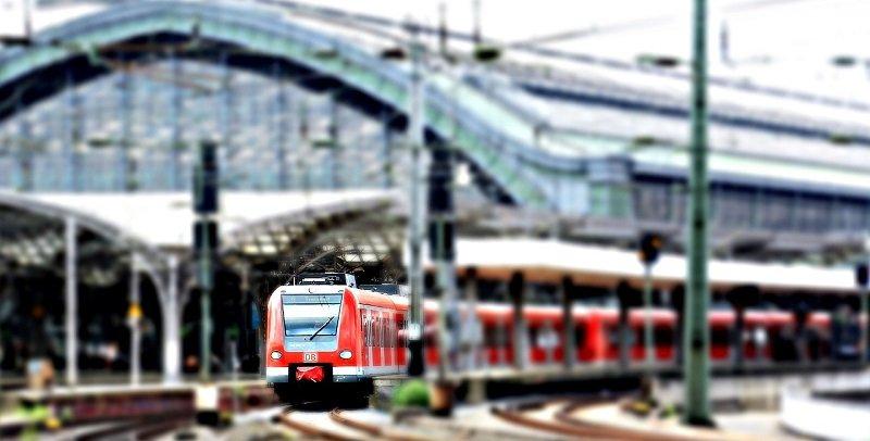 Pociąg wyjeżdżający z dworca