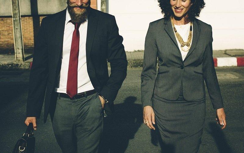 Elegancko ubrani ludzie biznesu