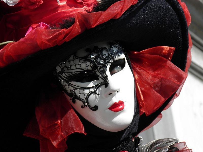 Kobieta w czarno-czerwonej karnawałowej masce