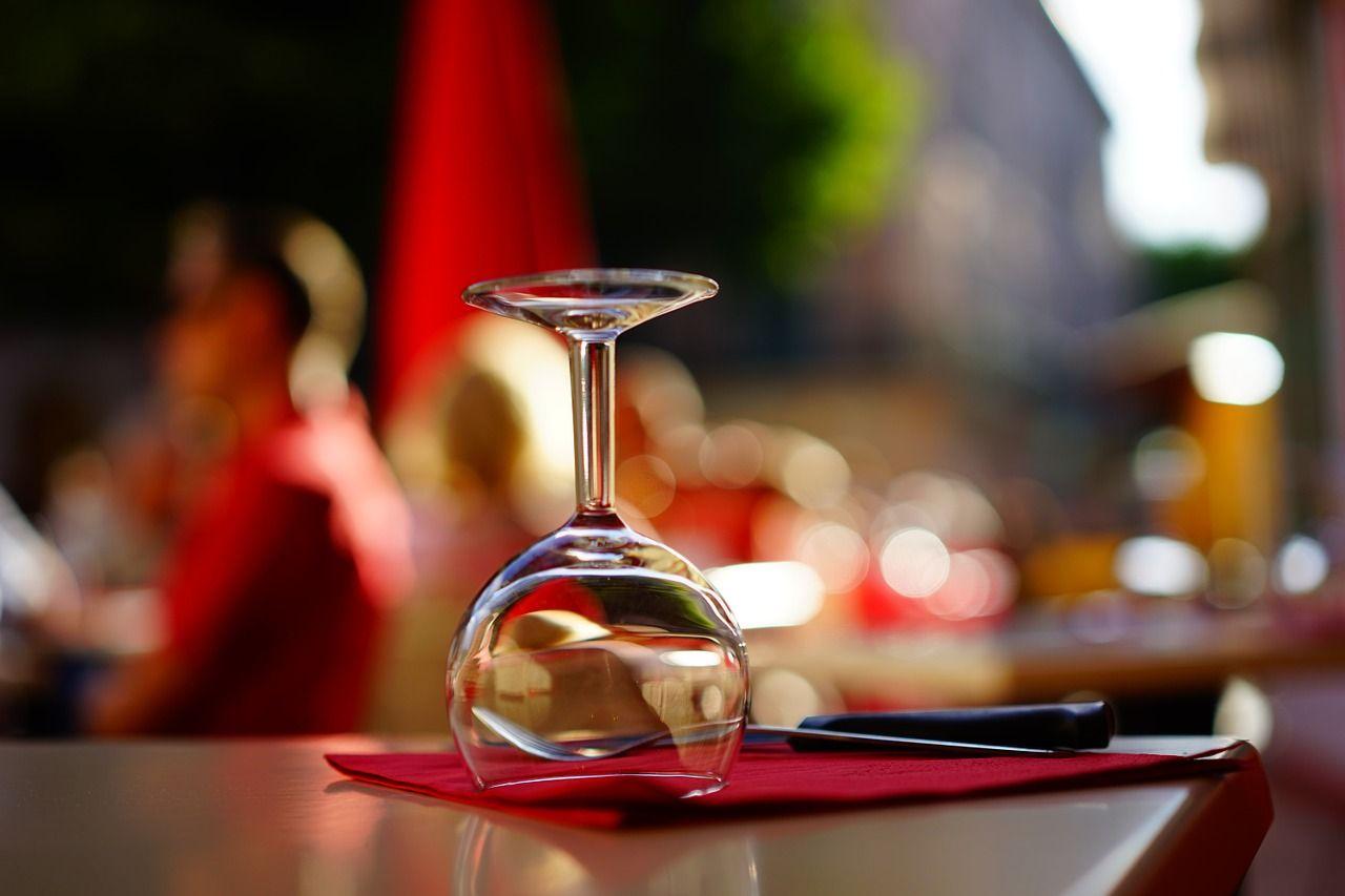 Lampka na wino i sztućce