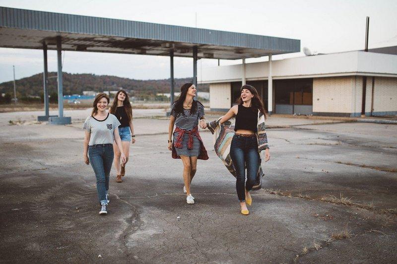Grupa młodych kobiet